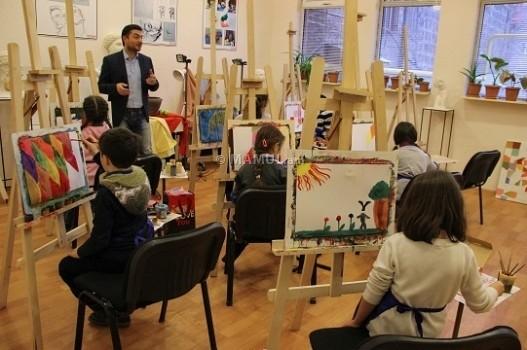 «Այստեղ գալիս են ևʹ մեծահասակները, ևʹ փոքրիկները, մենք հնարավորություն ենք տալիս նկարել այն մարդկանց, ովքեր երբեք նկարչությամբ չեն զբաղվել…»,- իր ստուդիայի մասին MAMUL.am-ի թղթակցի հետ զրույցում նշեց նկարիչ Արամ Դանիելյանը